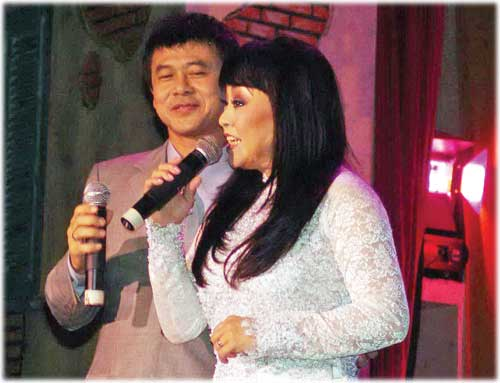 Ca sĩ hải ngoại Hương Lan và Thái Châu hội ngộ tại phòng trà Đồng Dao
