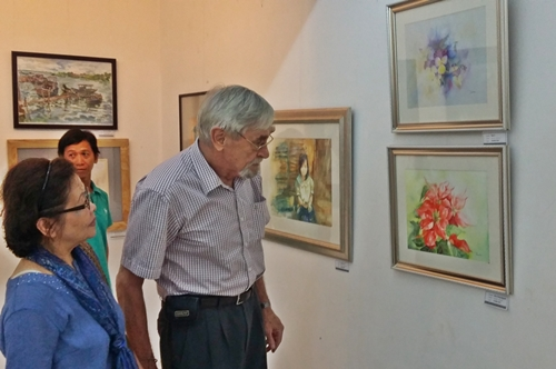 Triển lãm thu hút khá đông người đến thưởng lãm, trong đó có cả khách nước ngoài