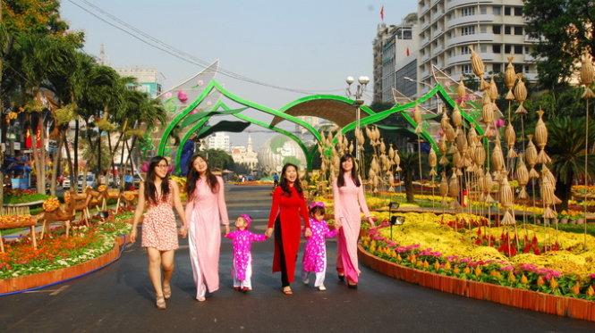 Thiếu nữ và trẻ em khoe sắc trên đường hoa Nguyễn Huệ - Ảnh tư liệu