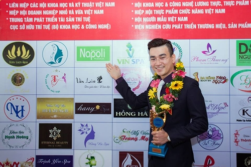 Tổng giám đốc Công ty CP quốc tế Hải Âu Việt - Huỳnh Thanh Nhân trong ngày nhận giải thưởng