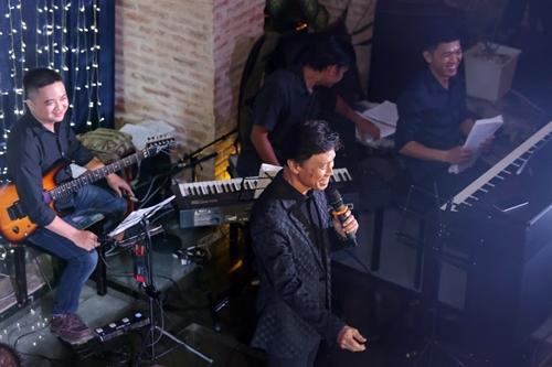 Danh ca Tuấn Ngọc kể chuyện hóm hỉnh khiến khán giả và cả ban nhạc đều cười nghiêng ngả