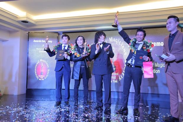 Ông Tony Hassini - Chủ tịch Hiệp hội Ảo thuật Quốc tế I.M.S trao Cúp Merlin Awards 2017 cho 3 ảo thuật gia (từ trái sang): Palmas Nguyễn, Nguyễn Ngọc Minh Quang và Huy Nguyễn