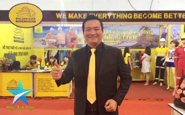 Doanh nhân Đỗ Hữu Thanh phấn khởi thể hiện năng lực vượt trội của công ty May Sư Tử Vàng trong ngành thời trang đồng phục cao cấp thế giới trong một sự kiện hội chợ triển lãm