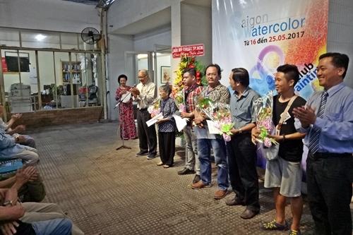 Ban chấp hành Hội Mỹ thuật tặng hoa chúc mừng và chụp ảnh lưu niệm với các họa sĩ trong Ban điều hành CLB Màu nước Sài Gòn