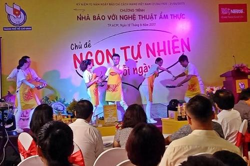 Tiết mục múa mở màn cho Ngày hội Nhà báo với Nghệ thuật ẩm thực 2017