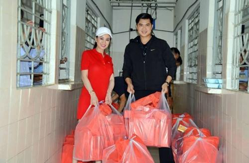 Hoa hậu Mỹ Vân và ca sĩ Phú Quý chuẩn bị quà tặng các bệnh nhân