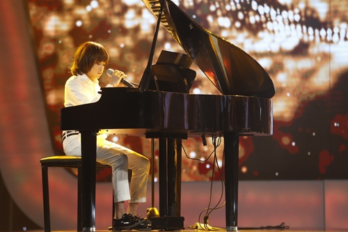 Thiên Khôi vừa chơi piano vừa hát