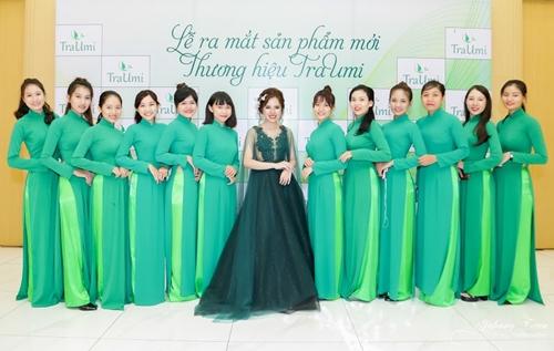 Giám đốc thương hiệu TraUmi Trương Quỳnh Trang và các nhân viên tại buổi ra mắt  mỹ phẩm TraUmi