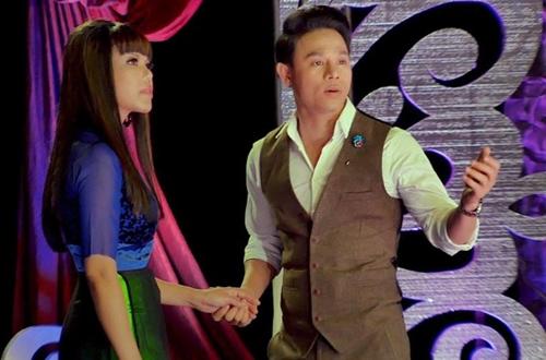 Ca nhạc sĩ Gia Hân (trái) và Bảo Khánh trong một chương trình ca nhạc tại hải ngoại