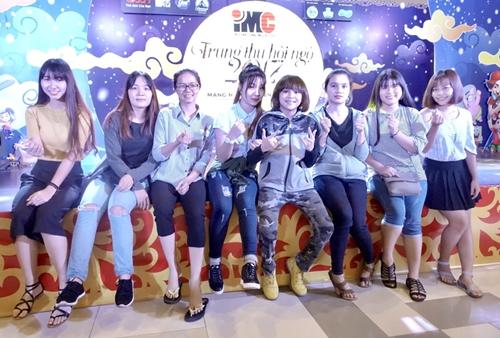 """Thiên Khôi Idol cùng với các girls fan trong đêm """"Trung Thu hội ngộ 2017"""""""