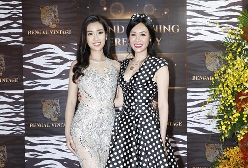 Hoa hậu Đỗ Mỹ Linh và Hoa hậu quý bà Kim Nguyễn (phải)