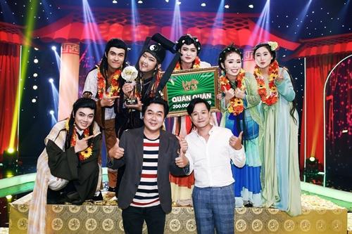 Phút đăng quang của nhóm Chuồn Chuồn Giấy cùng đạo diễn Chánh Trực và Phó đạo diễn Huỳnh Tiến Khoa
