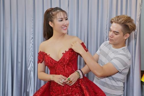 NTK Brian Võ thử bộ trang phục dạ hội cho Phi Thanh Vân