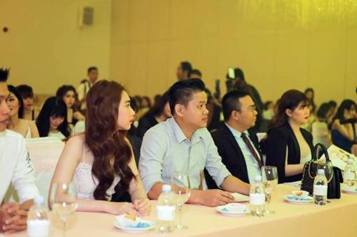 Simon Tứ (giữa) trong buổi công bố chương trình Shynh Shine Night 2017