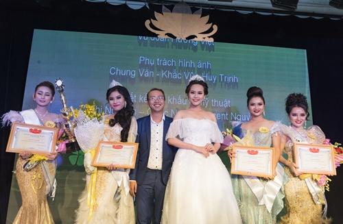 Phút đăng quang của các người đẹp tại đêm chung kết Nét đẹp Công sở 2017