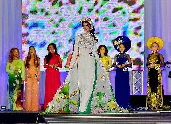 Nguyễn Thị Hiền trong phần thi trang phục áo dài