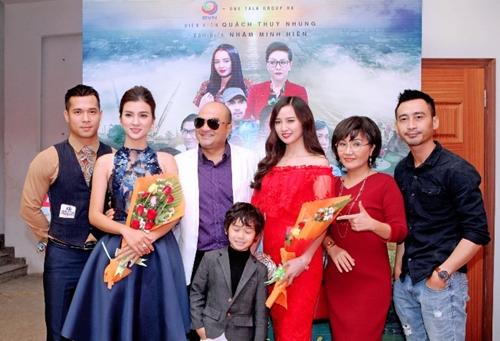 Đạo diễn Nhâm Minh Hiền và các diễn viên trong phim