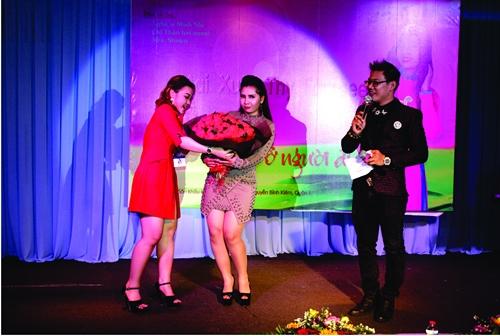Mai Xuân Thy (giữa) nhận hoa từ bạn bè và các fan tặng