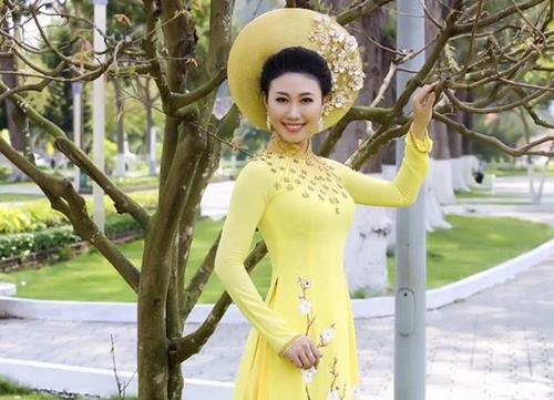 Siêu mẫu Thùy Dương xinh tươi với áo dài xuân của NTK Nguyễn Tuấn