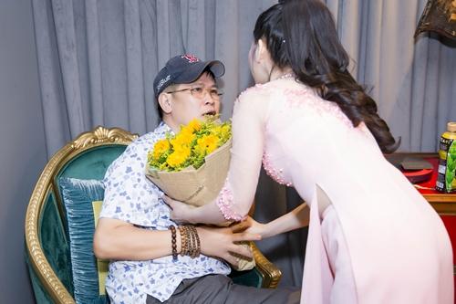 Nghệ sĩ Phước Sang ngồi phía sau, Kiều Trâm ôm hoa đến tận nơi tặng anh