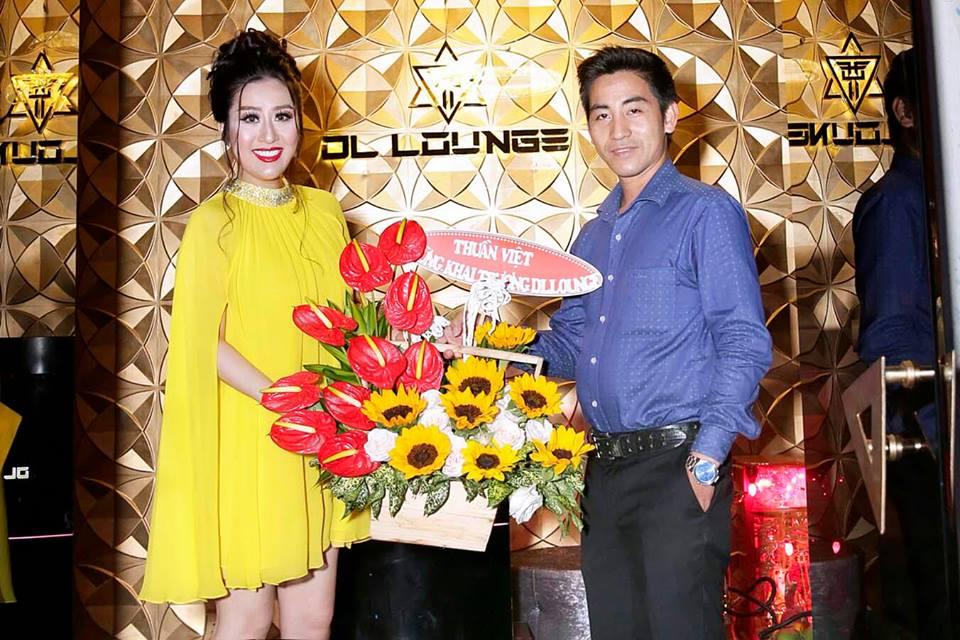 """Bạn bè đến chúc mừng """"cô chủ"""" Kim Trang"""