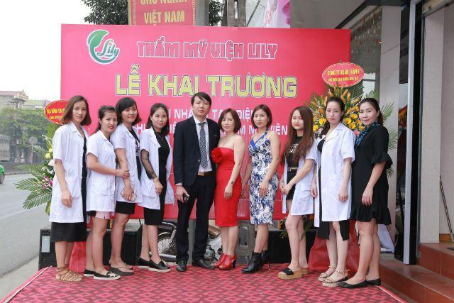 Vợ chồng bác sĩ Trần Xuân Hiếu và doanh nhân Trần Minh Nguyệt (giữa) cùng đội ngũ chuyên viên làm đẹp tại Thẩm mỹ viên LiLy