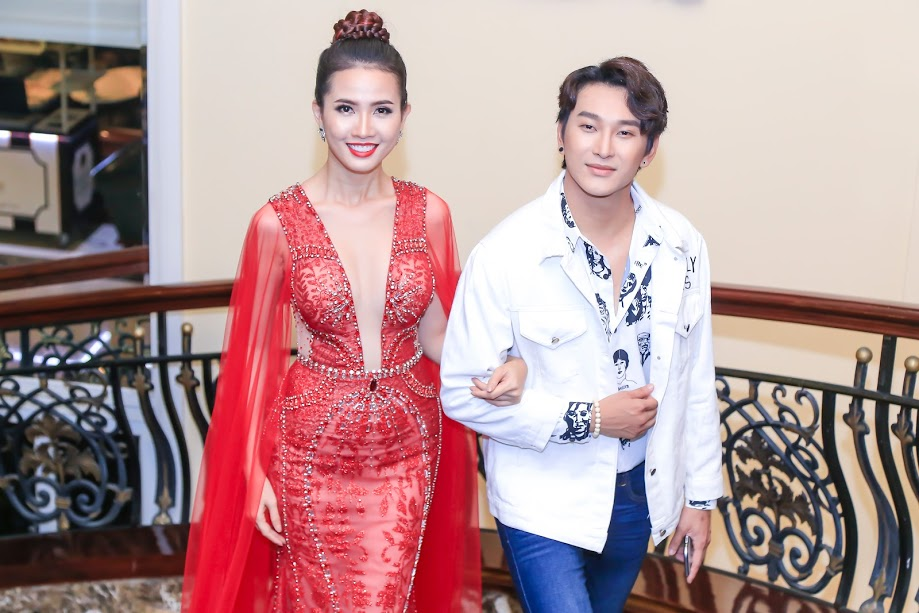 Hoàng Kỳ Nam tay trong tay với Phan Thị Mơ trên thảm đỏ