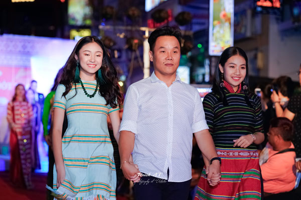 """NTK Việt Hùng cùng với các người mẫu trong BST """"Hoa của đất"""""""