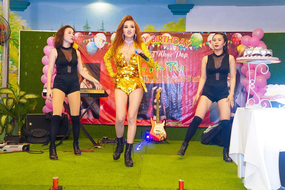 Ca sĩ Lâm Yến Phi tố chức sinh nhật kết hợp tiệc chia tay đi lưu diễn ở Mỹ