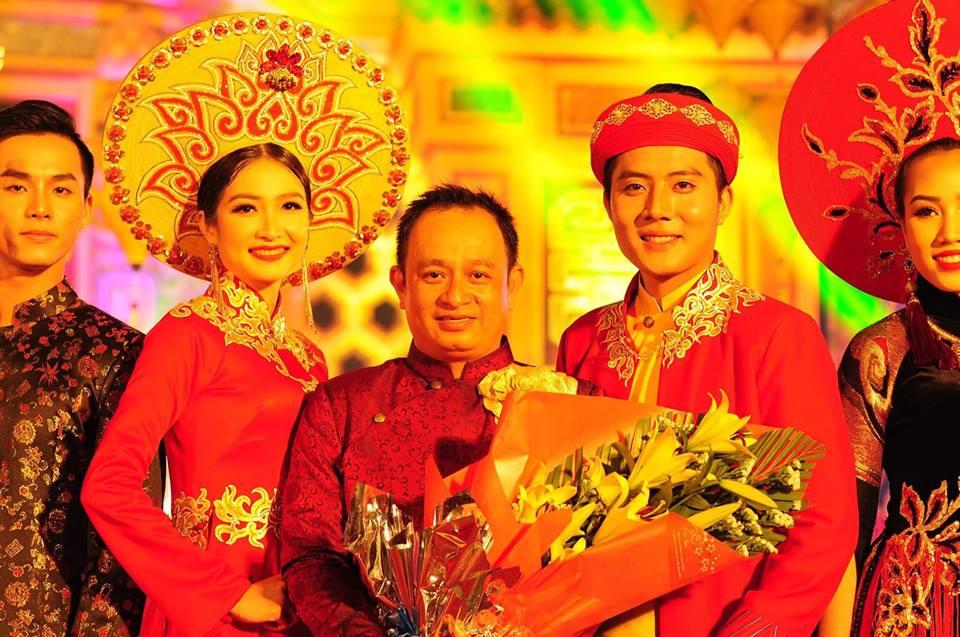 NTK Nguyễn Tuấn (giữa) cùng hoa khôi Kiều Trang và người mẫu Hoàng Long trong trang phục áo dài Bách hoa hội tụ
