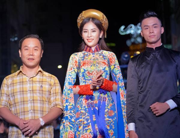 """Nam Anh với bộ áo dài trong BST """"Đêm hoàng cung"""" của NTK Việt Hùng (trái)"""