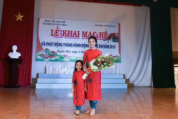 """Quán quân cuộc thi """"Em yêu áo dài truyền thống Việt Nam"""" Đỗ Hoàng Anh Thư và em gái Đỗ Hoàng Thiên Nga"""
