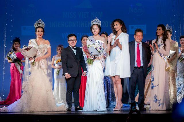 Giám khảo – NTK Thiệu Vy và hoa hậu Pháp trao giải cho tân Hoa hậu Người Việt Liên Lục Địa 2018 – Trần Ngọc Châu