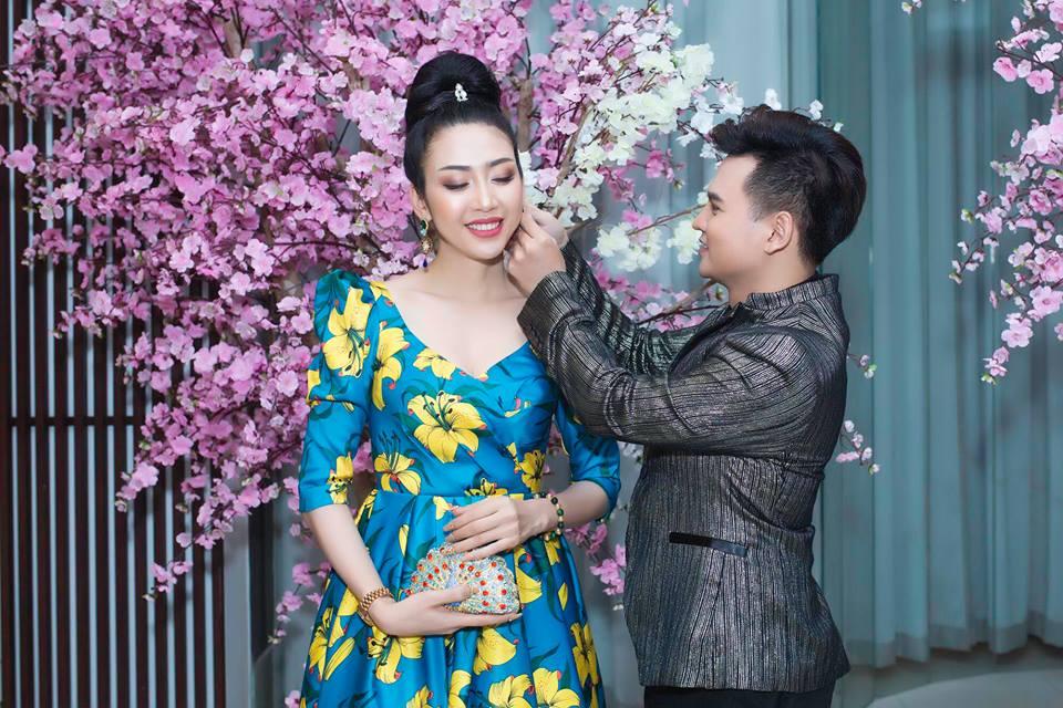 Hoa hậu Thái Bình Dương Nhật Phượng được MC Trường Giang chăm sóc sửa lại bông tai trước khi vào sự kiện