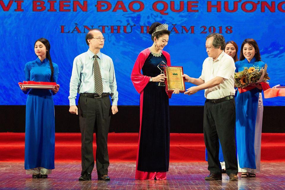 Hoa hậu Thái Bình Dương Võ Nhật Phượng nhận bằng khen từ Ban tổ chức chương trình