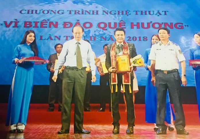Nam vương Huy Hoàng (thứ 2 từ phải sang) được vinh danh trong chương trình