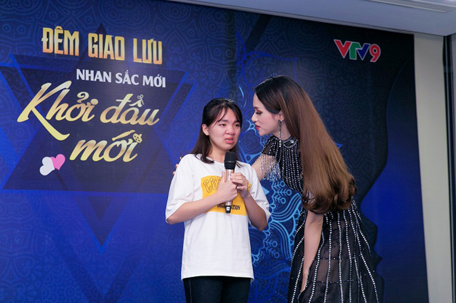 Hương Giang lên sân khấu động viên một thí sinh đang xúc động khi trình bày hoàn cảnh gia đình