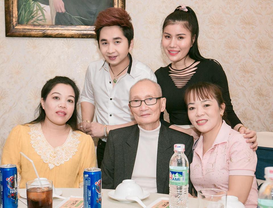 Ca sĩ Bằng Cường - Phương Nhạc (đứng) cùng với nhà thơ Hương Vũ, nhạc sĩ Giao Tiên và cô Út Phương Quế Như