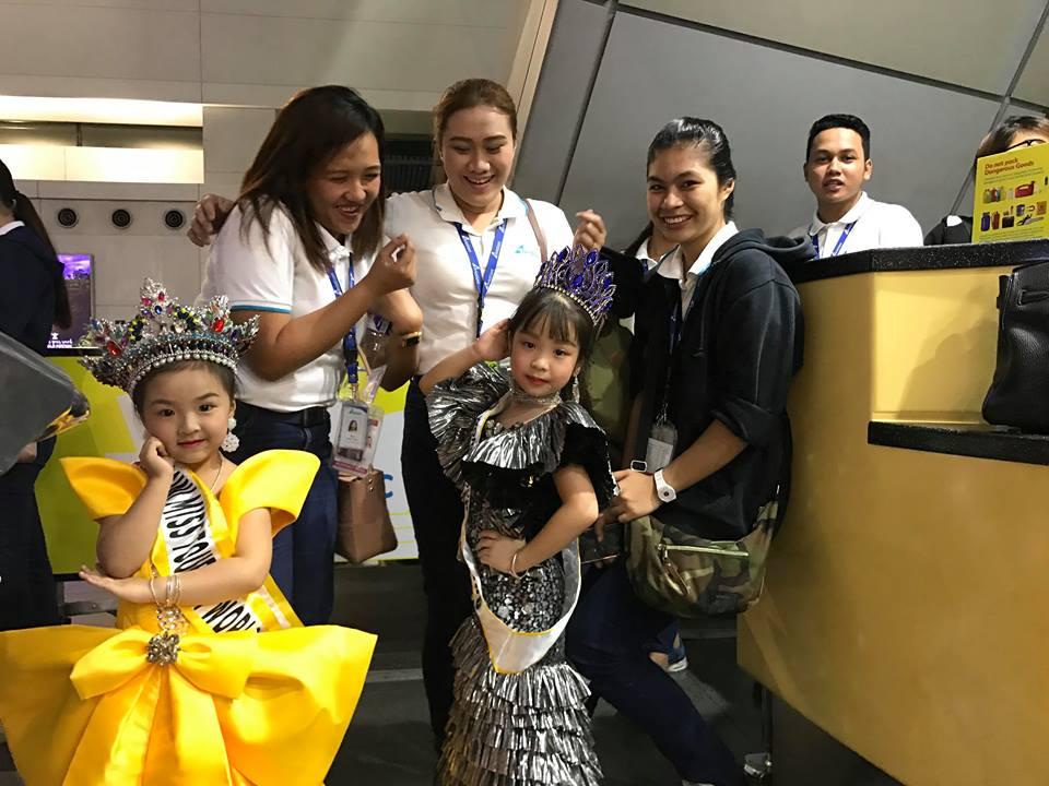 2 công chúa nhỏ được chào đón tại sân bay
