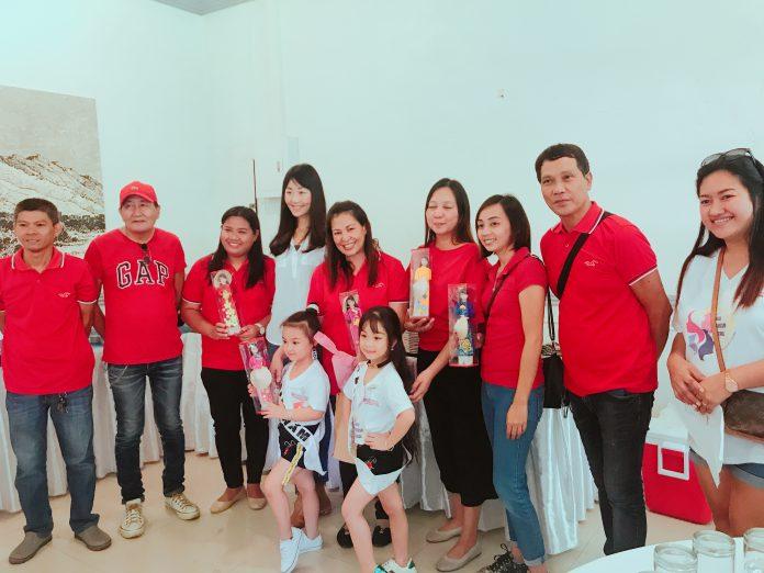 Phạm Diễm My và Đào Nguyễn Hồng Lam cùng gia đình  vui mừng khi lọt vào chung kết