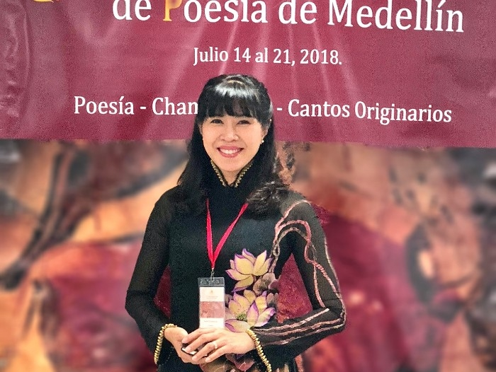 MC Quỳnh Hoa cùng tà áo dài Việt Hùng