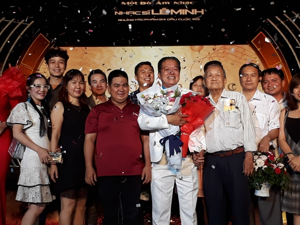 Đông đảo khán giả và các nghệ sĩ đến chúc mừng nhạc sĩ Lê Minh