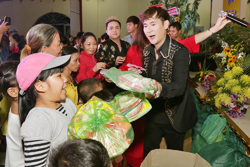Ca sĩ Nguyên Vũ tặng quà Trung thu cho các trẻ em nghèo