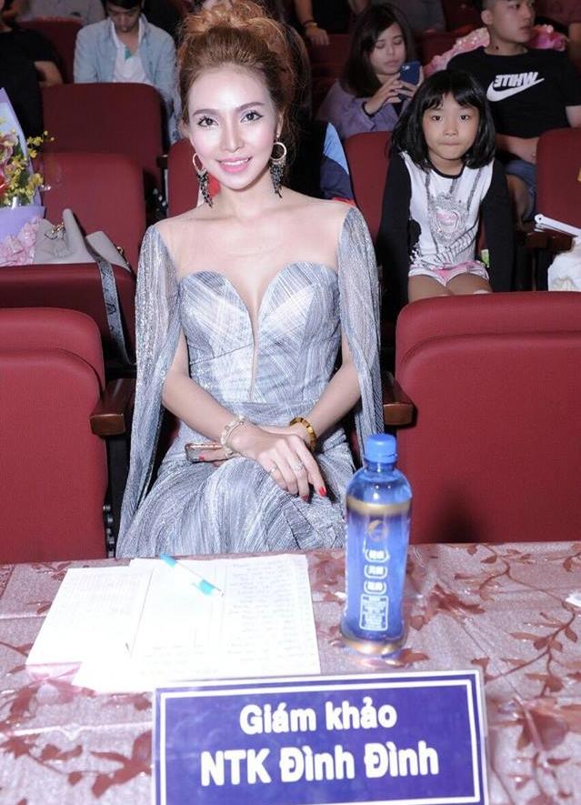 Ca sĩ - NTK Đình Đình trong đêm chung kết Miss & Mrs International Global 2018 tổ chức tại Đài Bắc (Đài Loan)