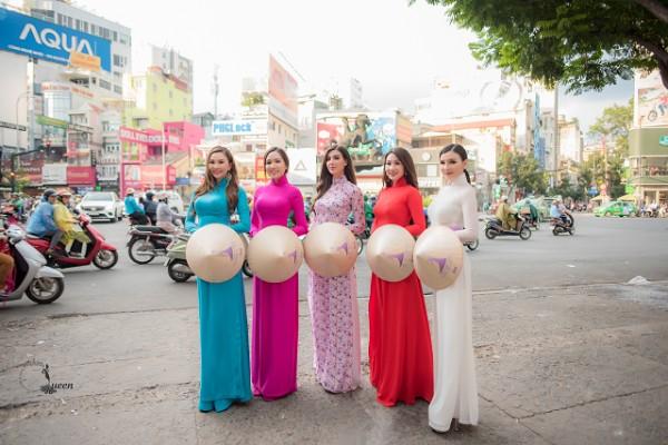 Hoa hậu Sonia Mansour (giữa) diện áo dài cùng Top 4 Hoa hậu Người Việt Liên Lục Địa trên đường phố Sài Gòn