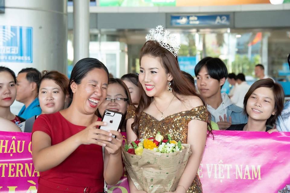 Hoa hậu Hồ Xuân Hương bất ngờ vì được các fan chào đón tại sân bay ngày trở về