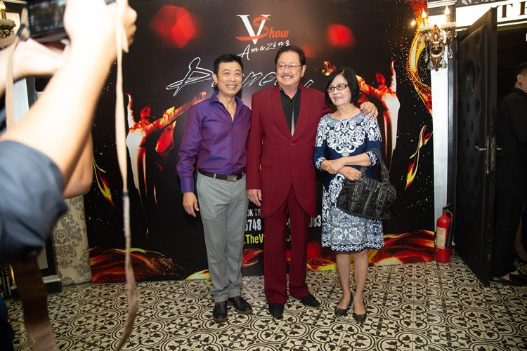 Danh hài Vân Sơn vui mừng khi cậu và mợ mình là vợ chồng nghệ sĩ Nguyễn Chánh Tính và Bích Trâm đến chúc mừng nhân ngày ra mắt show diễn mới