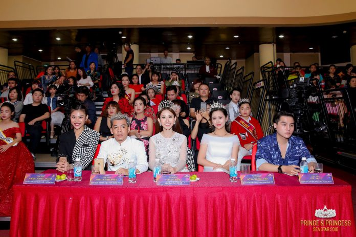 Hoa hậu Chi Nguyễn (giữa) rạng rỡ trên hàng ghế giám khảo