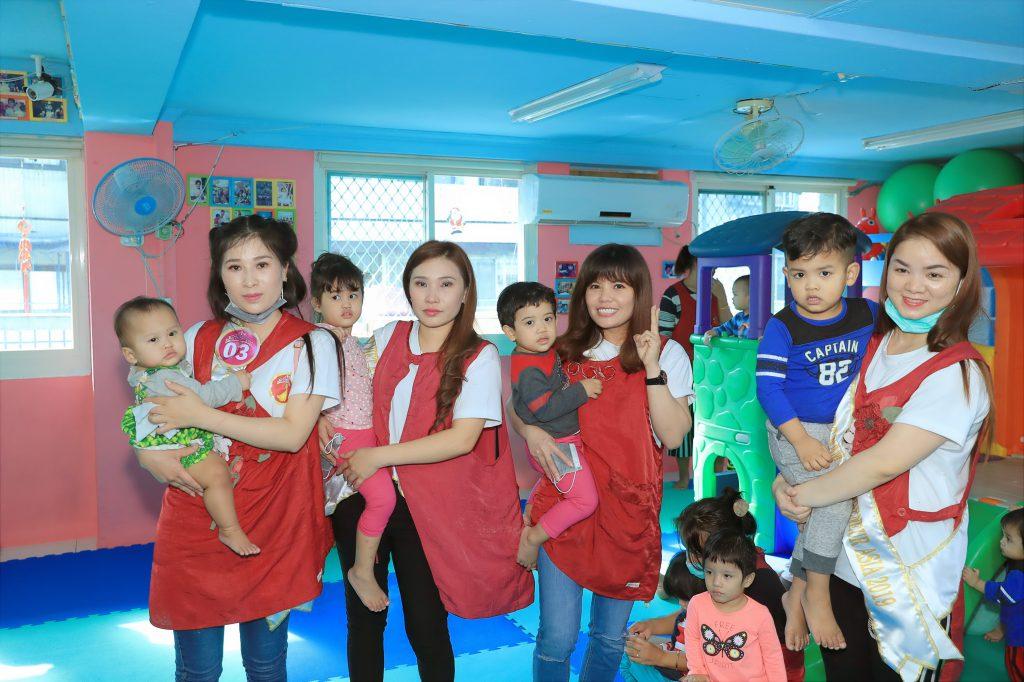 Các bé mồ côi vui mừng ôm các thí sinh đến thăm
