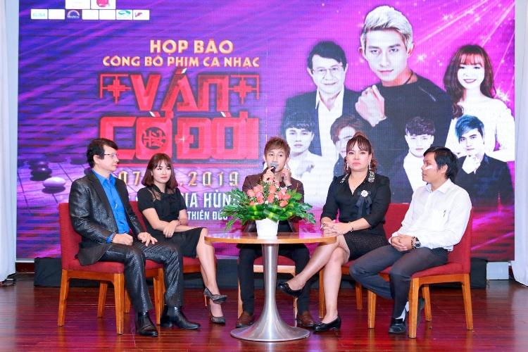Hồ Gia Hùng nói lên cảm xúc của mình trong buổi họp báo